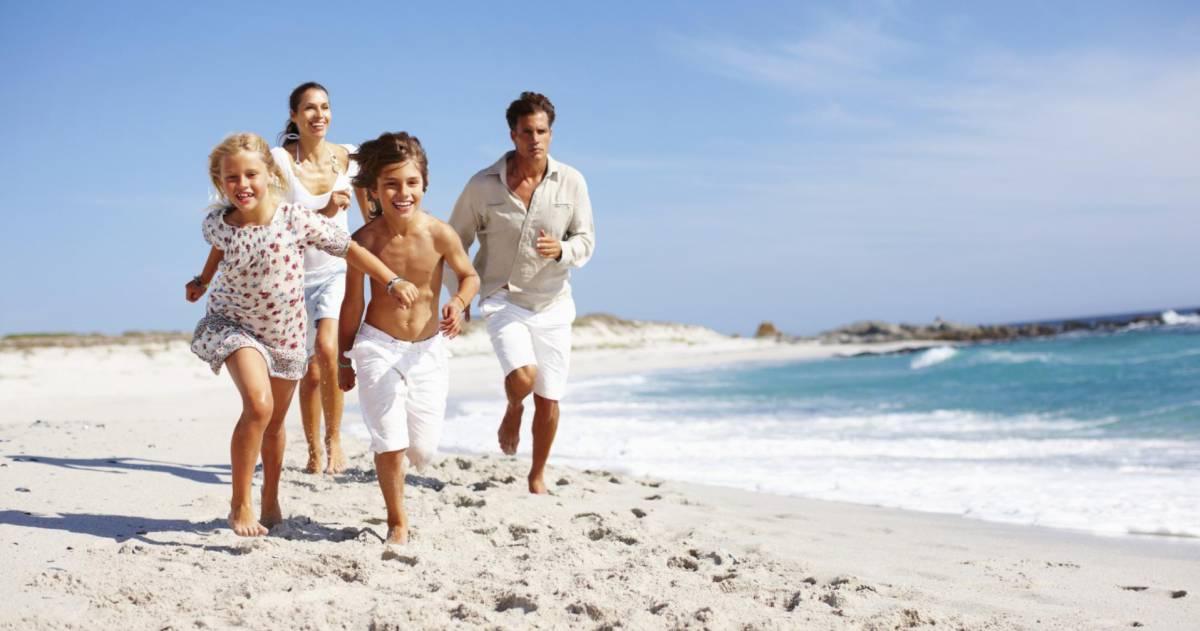 Gezin rent op strand